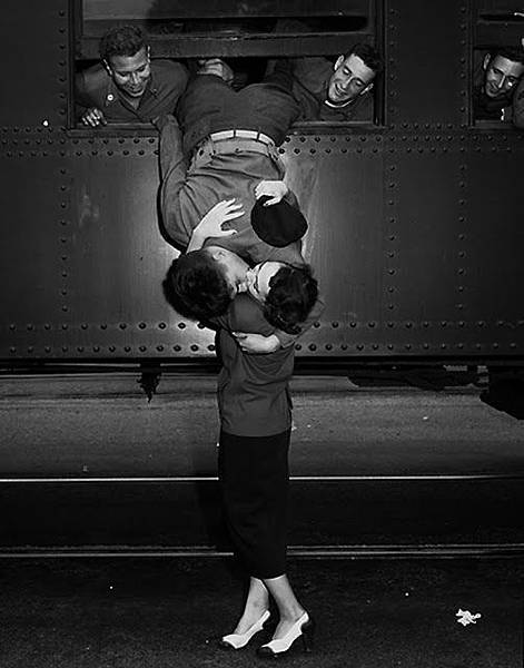 Vintage Photos of Soldiers Kissing Their Loved Ones (1).jpeg