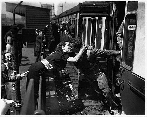 Vintage Photos of Soldiers Kissing Their Loved Ones (3).jpeg