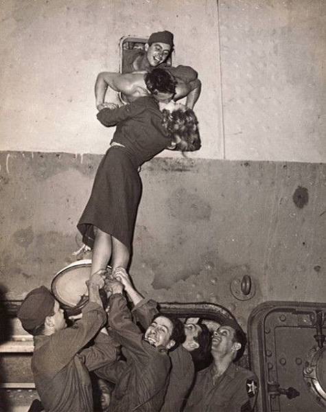 Vintage Photos of Soldiers Kissing Their Loved Ones (5).jpeg