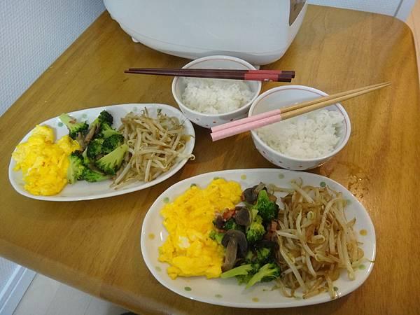 今天第一次煮飯,整個有點不太知道怎麼用日本電鍋,雖然最後還是默默成功了