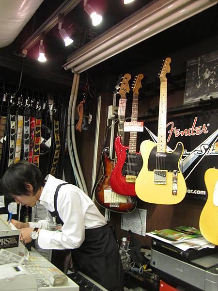 左是位我們服務的店長星先生+上面已貼御売約濟我們買的吉他