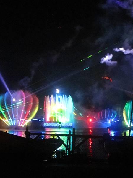 彩虹水幕會跟著音樂變化