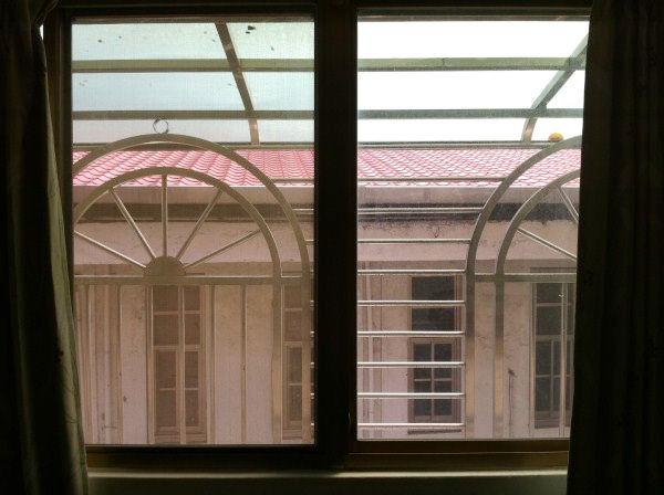 01.窗外舊建築.JPG