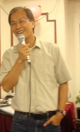 李子恆在表哥黃克全與王學敏婚宴上高歌一曲.JPG