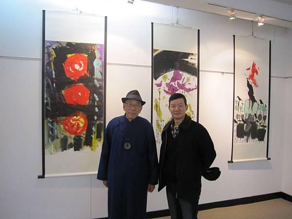 姜一涵老師與盧根合照於八方風雨米壽展場 (3).JPG