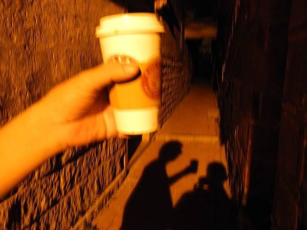 一斗酒.一杯咖啡.兩個老友...白晝的光不知道夜裡的黑...