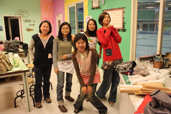 學員身上穿的衣服,都是利用二手舊衣拼貼拆解自己設計完成的作品!