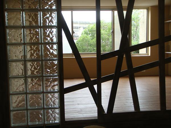 主臥及客廳的隔間手法,成為空間的亮點!