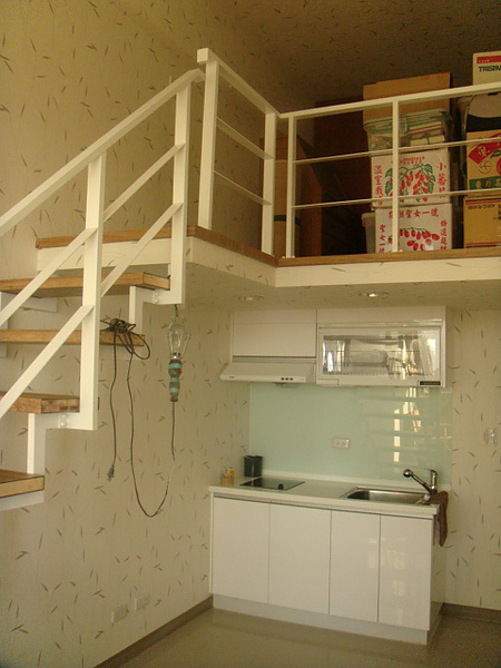 線條簡單不複雜,貼上淺色的壁紙,整體空間乾淨俐落~