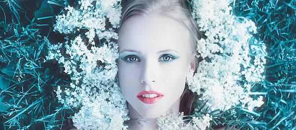 girl-with-flowers-1374221_19202.jpg