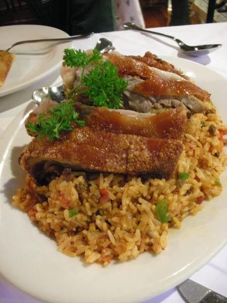 烤乳豬與炒飯,再加兩樣小菜足以讓兩個人吃飽.JPG
