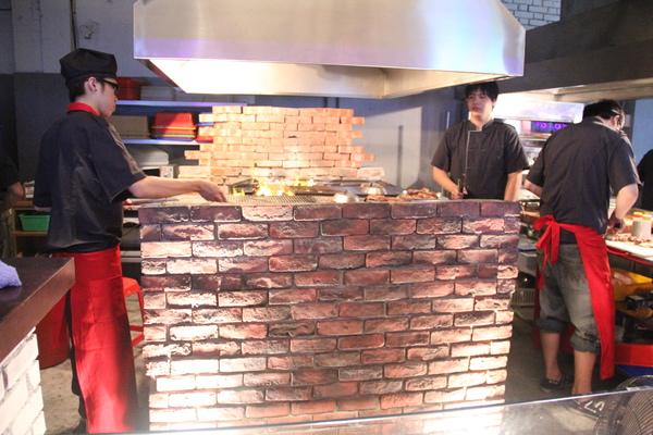 著火的牛-阿根廷式磚造烤台