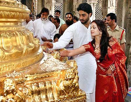 Aishwarya & Abhishek Bachchan at Temple seeking blessing!!!