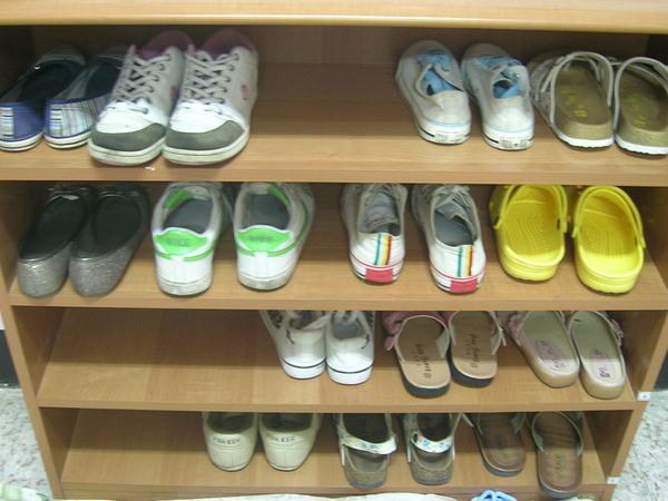 由上到下,第二層是我的鞋櫃