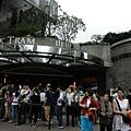 山頂纜車站很快就到了!排隊的人很多,因為大家都已經買好票了!記得要16點以前上去,一方面人不會太誇張的多,一方面展望台上可以看白天和晚上!