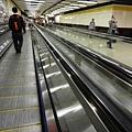 地鐵地下道有手扶梯耶,但~腳還是走到要斷了!