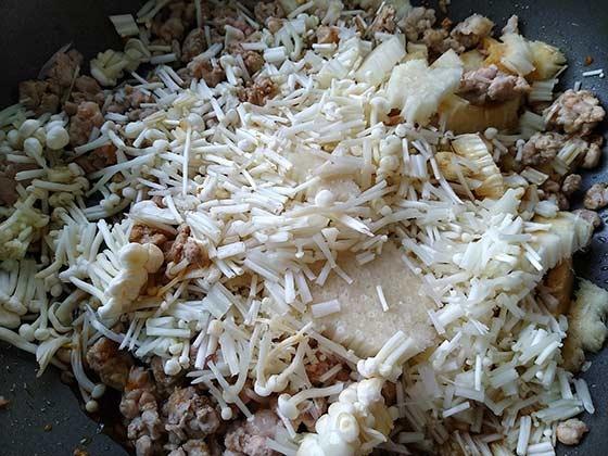 避風塘蒜香菇菇肉燥4.jpg