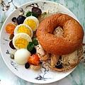 雞肉貝果堡早餐盤.jpg