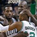 brasileiro-leandrinho-do-boston-celtics-comemora-vitoria-de-sua-equipe-com-companheiros-jeff-green-e-kevin-garnett-1352950245765_1024x768.jpg