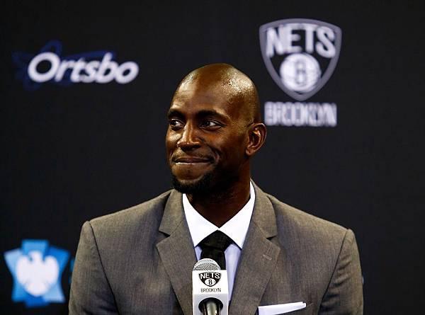Kevin-Garnett-smiling-at-Nets-presser.jpg