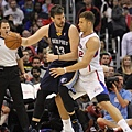 Marc_Gasol_backs_in_to_Blake_Griffin_20131118_Clippers_v_Grizzles.jpg