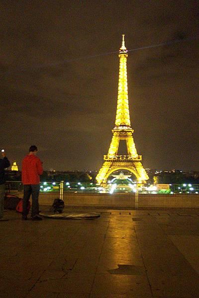 夜晚的巴黎鐵塔  O.S