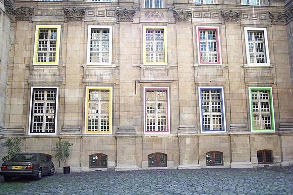 巴黎街景-瑪黑區~很怪的窗戶