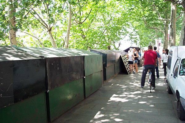 塞納河河畔舊書攤-沒看清楚我還以為是垃圾桶。