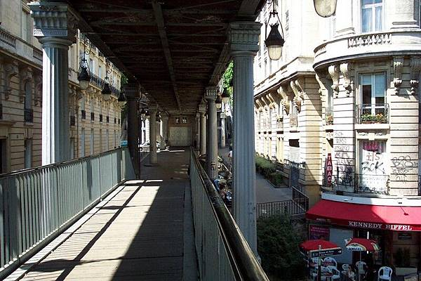 PASSY 地鐵站的外的橋