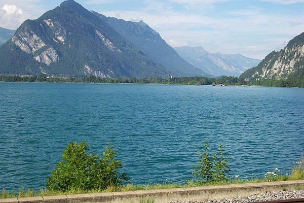 伯恩 往 茵特拉根 的火車上-土恩湖