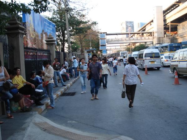 要走去BTS站搭車 左邊是公園右邊是捷運站