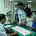 新人在看結婚證書