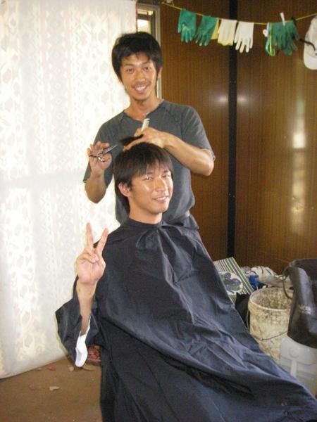 室友由介幫我剪頭髮