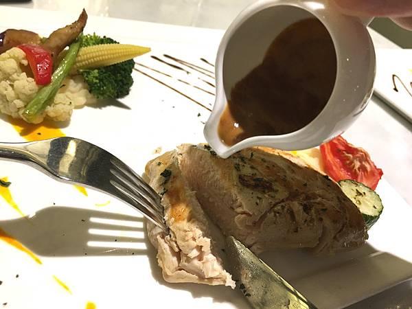 主菜:慢燉雞胸肉佐紅酒醬汁10.JPG