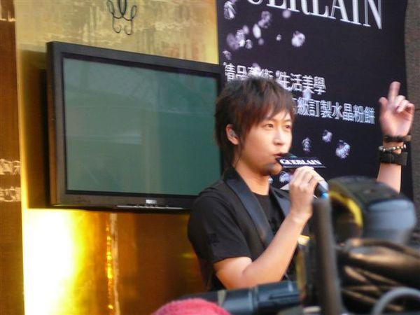05 - 一上台就先唱歌.JPG