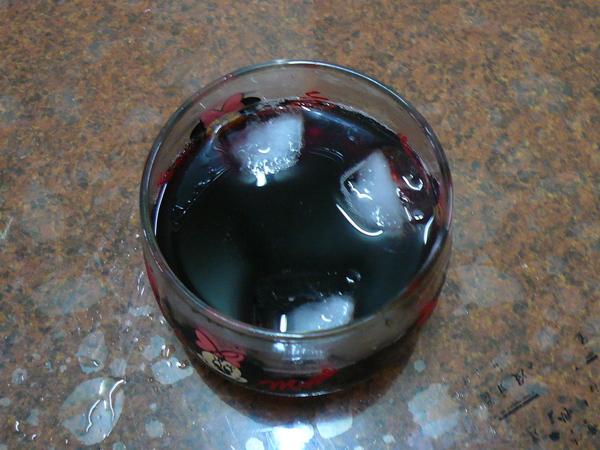06 - 很隨興的放在小杯子裡。。。 不過有加冰塊是對的.JPG