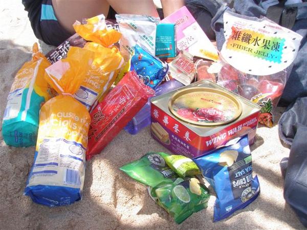 07 頭兒準備的零食… 當然我們沒全部吃完.JPG