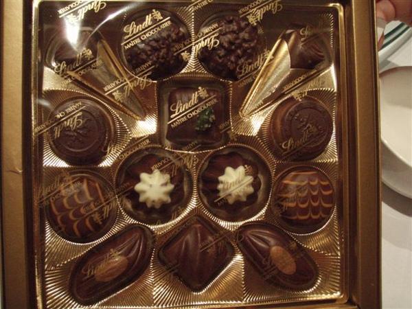 08 Alfred請大家吃的情人節巧克力~.JPG