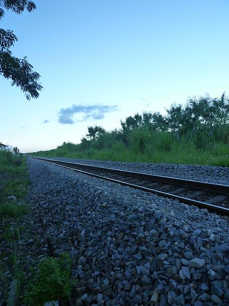 P1030618 加油時 旁邊的鐵軌.JPG
