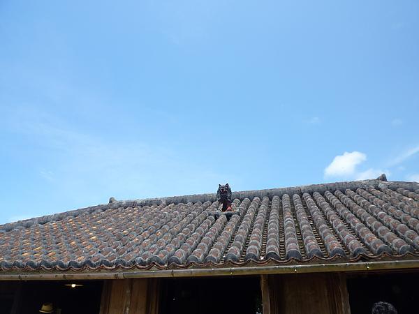 P1020247琉球村 屋頂上的風獅爺.JPG