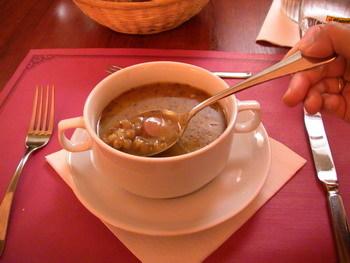 今日湯~嗯...有蔬菜豆類等等鹹的要死的濃湯