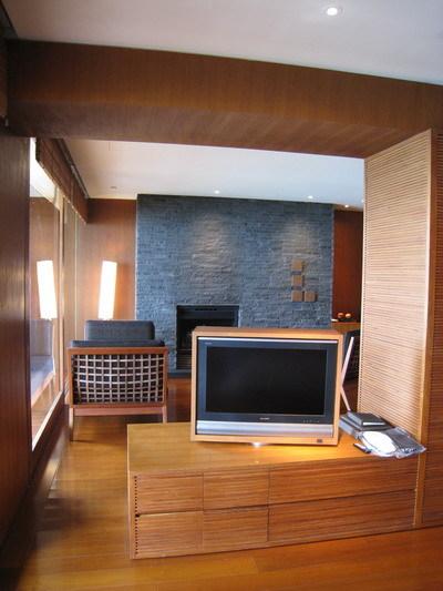床的前方有台可360度旋轉的電視