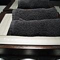 衛浴用品的特色是黑白各一組