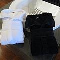 一黑一白的浴袍