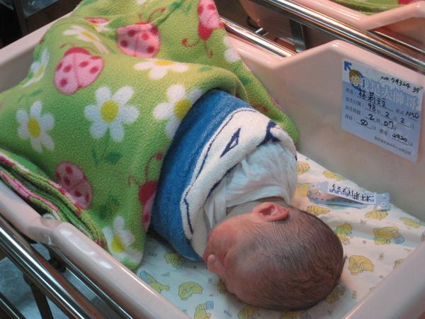 隔著嬰兒室玻璃偷拍