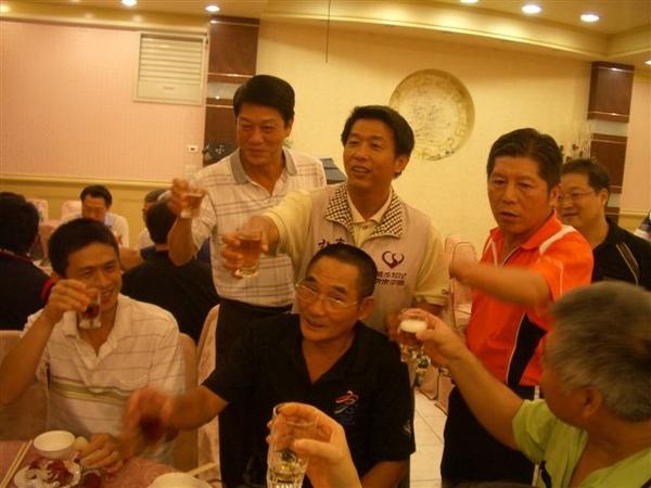 市長、理事長及總幹事和球員敬酒