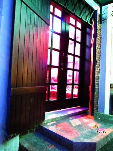 從露天區前往餐廳內部的大門