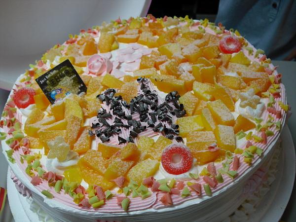 表面有水果...內在還有大片布丁跟水果片喔~