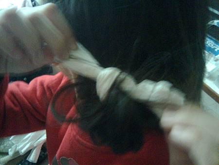 7.打一個死結固定捲髮