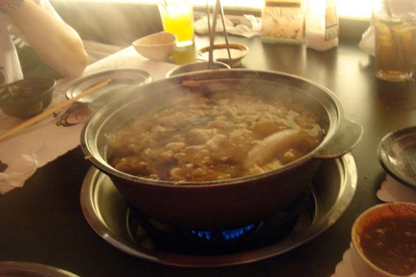 弘傑和曉文面前的火鍋
